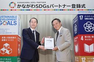 神奈川県知事 黒岩祐治様(右)とアンリツ常務理事 髙木章雄
